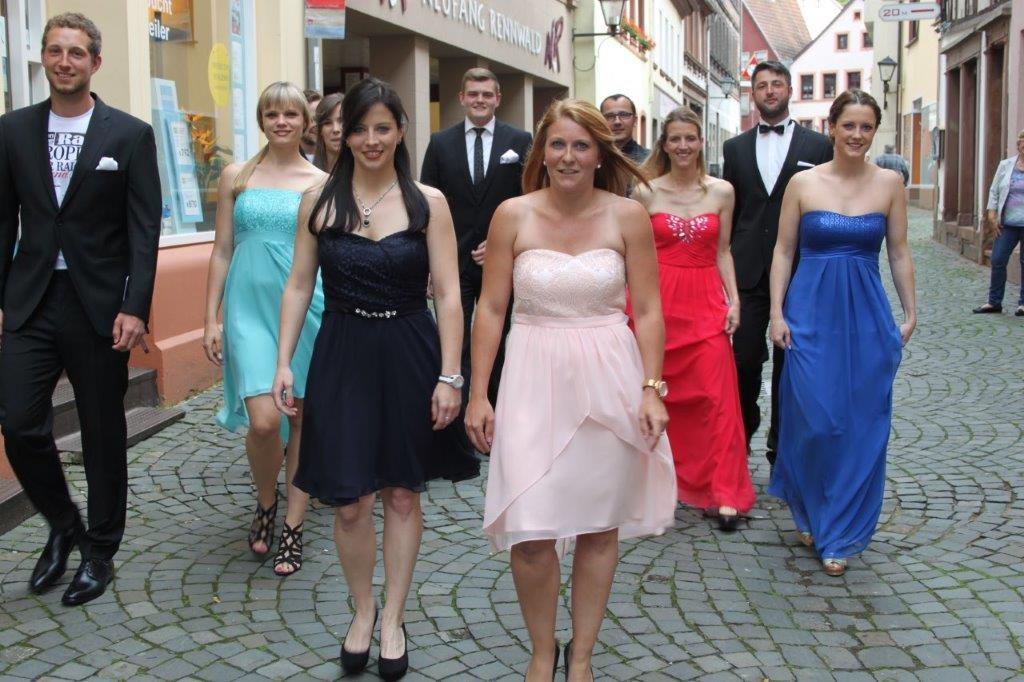 Hochzeitsanzüge von Tziacco, Roy Robson, Digel, Wilvorst. Die Kleider der Damen sind alle von Vera Mont.